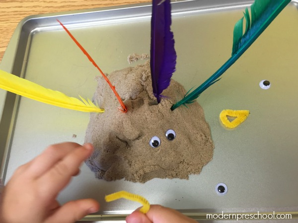 Kinetic sand turkeys are a great sensory activity for toddlers & preschoolers from Modern Preschool!